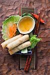 Rouleaux de printemps sur salade sauce aigre-douce (Thaïlande)
