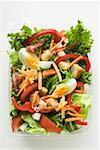 Feuilles de salade, légumes, oeufs fromage & bacon à emporter