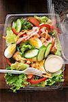Salat Blätter mit Ei, Käse, Speck und Dressing zum Mitnehmen