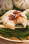 Boulettes de levure avec ciboulette remplissage sur pak choi (Thaïlande)