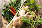 Herbes thaïes fraîches et épices dans le panier