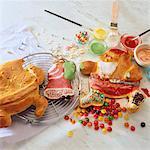 Weihnachtsgebäck mit farbigem Zuckerguß dekorieren
