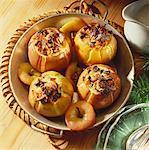 Quatre pommes cuites avec le raisin sec et de la garniture d'amandes