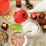 Stillleben mit essbaren Dekorationen & Schokolade Quadrate Backen