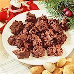 Schokolade-Mandel-Cluster auf einem Teller