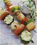 Deux brochettes : saucisse & de légumes et de poulet & de légumes