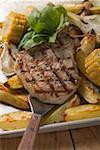 Côtelette de porc grillé sur les pommes de terre rôties