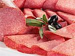 Olives et tranches de salami