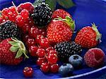 Petits fruits dans un plat bleu
