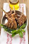 Côtelettes d'agneau grillé, huile d'olive herbes fraîches
