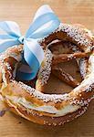 Deux bretzels salés avec bleu et blanc bow (Bavière)