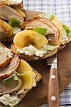Offene Sandwiches von Entenbrust und Apple auf Holzbrett