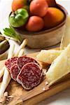 Nature morte avec tomates, olives, salami, grissini, Parmesan
