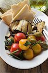 Aubergines grillées avec tomates, câpres, pain plat