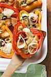 Paprika gefüllt mit Weißbrot, Oliven, Zwiebeln
