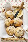 Sugared Obst Gebäck & kleine Schüssel Butter im Brotkorb