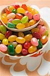 Bonbons colorés dans deux bols