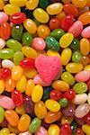 Bonbons colorés et un cœur de rose sucre (full-frame)