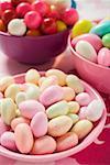 Différentes sortes de bonbons et de boules de gomme à mâcher dans des bols