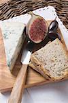 Morceau de fromage bleu, la moitié de la figue, olives et pain