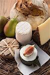 Fromage nature morte avec du pain, poires et figues
