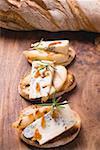 Gorgonzola mit Birne und Praline auf Baguette-Scheiben