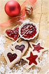 Sterne und herzförmige Kekse mit Himbeermarmelade