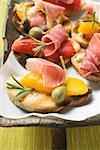 Crostini avec jambon cru, poivrons et câpres géants