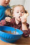 Mädchen essen Weihnachten Keks mit Schokoladenglasur