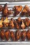 Grillé les ailes de poulet sur la grille