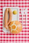 Saucisses à la moutarde et pain roulent sur une assiette en carton