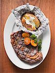 Steak de bœuf grillé avec cuit au four pommes de terre