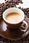 Tasse d'expresso sur grains de café