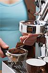 Femme faire un espresso