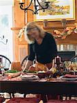 Femme qui dessert dinde farcie pour Thanksgiving (USA)