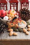 Ornements d'arbre de pain d'épice, amandes, gants, cônes, lanternes