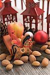 Cheval de pain d'épice, les amandes, les boules de Noël d'apple, les lanternes