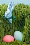 Lapin de Pâques et de la couleur des œufs dans l'herbe
