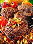 Hamburgers aux légumes sur la grille du barbecue et spatule