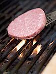 Platzieren einen Burger auf einem Grill rack