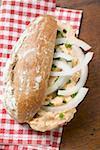 Petit pain rempli de Obatzda (Camembert diffuser) & oignons