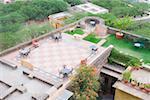 Vue d'angle élevé des tables et des chaises sur le toit du palais, Neemrana Fort Palace Neemrana, Alwar, Rajasthan, Inde