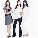 Portrait de trois jeunes femmes rassemblés et souriant