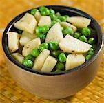 Erhöhte Ansicht einer Schale gebratene grüne Erbsen und Kartoffeln