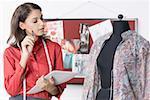 Créatrice de mode à la recherche un mannequin et munies de documents