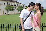 Jeune couple regardant les uns les autres et souriant, Se cathédrale, Goa, Inde