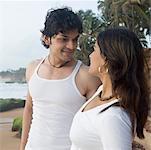 Jeune couple debout sur la plage et en regardant les uns les autres, Goa, Inde