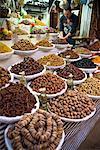 Boutique avec fruits exposés, médina de Fès, Maroc