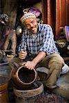 Artisan en cuivre Pot, médina de Fès, Maroc