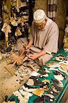 Handwerker, die Kämme aus Kuhhörner, Medina von Fes, Marokko